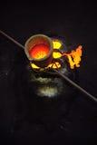 Gieterij - gesmolten metaal in smeltkroes die zich op mou bevindt stock afbeeldingen