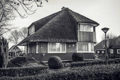 GIETHOORN, DIE NIEDERLANDE - 20. JANUAR 2016: Altes gemütliches Haus mit Strohdach am 20. Januar 2016 in Giethoorn, die Niederlan Stockfotos