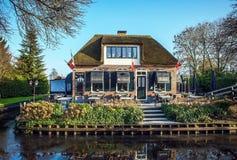 GIETHOORN, DIE NIEDERLANDE - 20. JANUAR 2016: Altes gemütliches Haus mit Strohdach am 20. Januar 2016 in Giethoorn, die Niederlan Stockbild