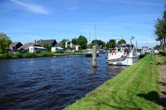 GIETHOORN, holandie - LIPIEC 17,2016: Turystów dostawać relaksował na brzeg rzeki jeden wiele kanały które krzyżują s Obraz Royalty Free