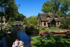 Giethoorn-Kanal und schöne Häuschen auf Ufer stockfotografie