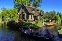Giethoorn-Kanal und schöne Häuschen auf Ufer Stockfotos