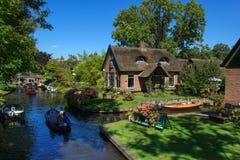 Giethoorn-Kanal und schöne Häuschen auf Ufer Lizenzfreies Stockbild