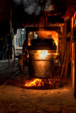Gietlepel gesmolten staal stock foto's