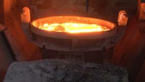 Gietlepel met gesmolten metaal stock footage
