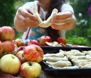 giffel för flickakockäpple med egna äpplen från trädgård Arkivfoto
