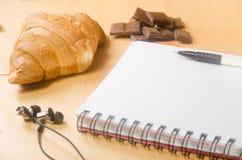 Giffel med choklad, anteckningsboken och hörlurar Royaltyfria Foton