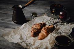 Giffel med choklad och kaffe på den wood tabellen Royaltyfri Bild