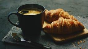 Giffel och kopp kaffe stock video