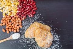 Giffelbröd, nytt ägg i mjöl och jordnötter och röda linser och havre på den svarta wood svart tavlan Arkivbilder