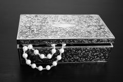 Gift box. And white pearl Royalty Free Stock Photos
