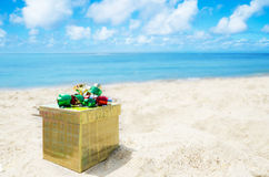Gift box on the beach - holiday concept Royalty Free Stock Photos