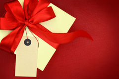 Gift box with blank tag Royalty Free Stock Photography