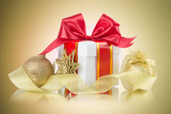 Gift box with bow and christmas balls Royalty Free Stock Photography
