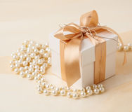 Gift box and pearl necklace Royalty Free Stock Photos