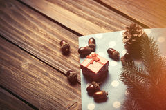 Gift box and pine cones Royalty Free Stock Photos