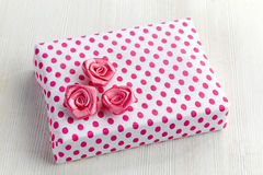 Gift box with pink roses Royalty Free Stock Photo