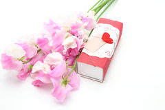 Gift box with the sweet peas Royalty Free Stock Images