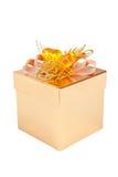 Gift in de gouden doos die op wit wordt geïsoleerd Stock Foto