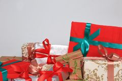 Gift de verpakking kan van diverse grootte en kleuren zijn maar de vreugde om hen te ontvangen is altijd groot Royalty-vrije Stock Afbeelding