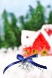 Gift die in de sneeuw ligt tegen Royalty-vrije Stock Afbeelding