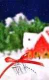 Gift die in de sneeuw ligt tegen Royalty-vrije Stock Afbeeldingen