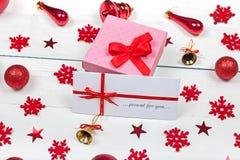 Gift - een doos met een boog en een envelop wordt verfraaid die royalty-vrije stock afbeelding
