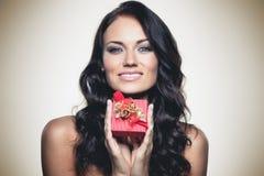Gift in een rode doos stock foto's