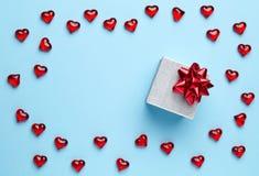 Gift en harten op blauwe achtergrond Royalty-vrije Stock Foto