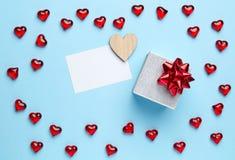Gift en harten op blauwe achtergrond Royalty-vrije Stock Afbeelding