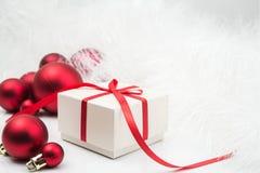 Gift en Kerstmisballen Royalty-vrije Stock Fotografie