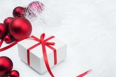 Gift en Kerstmisballen Royalty-vrije Stock Foto's