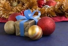 Gift en Kerstmisballen decoratief op Kerstmisachtergrond Stock Foto