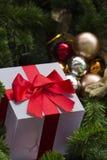 Gift en verfraaide Kerstmisboom Royalty-vrije Stock Foto's