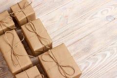 Gift het verpakken samenstelling eigengemaakte verpakte huidige dozen op houten achtergrond boven de ruimte van het meningsexempl stock afbeeldingen