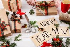 Gift het verpakken Verpakkings modern nieuw jaar huidig op dozenachtergrond Stock Foto