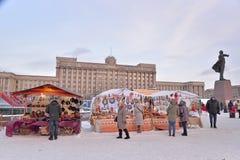 Gift het winkelen arcades en kopers tijdens Carnaval in Mosc Stock Foto's