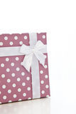 Gift met Lint in Polka Dot Design Wrapper Stock Fotografie
