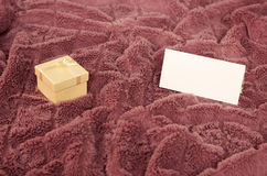 Gift and a note. Present and a blank note Royalty Free Stock Photos