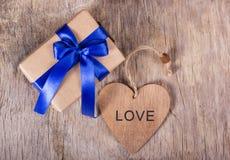 Gift op de Dag van Valentine ` s Giftdoos met een blauwe boog en een houten hart De ruimte van het exemplaar De dag van de valent Royalty-vrije Stock Foto