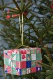 Gift op de Kerstboom Royalty-vrije Stock Afbeeldingen