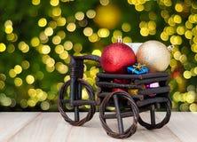 Gift op Kerstmis met drie wielen en gelukkige nieuwe jaardecoratie abstrac Stock Fotografie