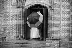 Gift par bak paraplyet royaltyfri foto