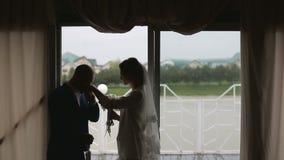 Gift par för konturer precis nära stort fönster i regnig dag stock video