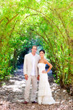 Gift par för brud som bara är förälskad på utomhus- Royaltyfri Foto