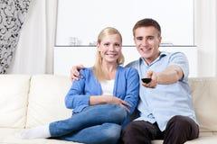 Gift par går att hålla ögonen på TVseten royaltyfri bild