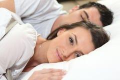 Gift par i säng royaltyfri fotografi