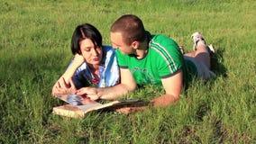 Gift par med fotoalbumet stock video