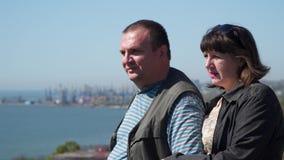 Gift par på bakgrunden av hamnstaden stock video