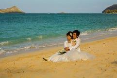 Gift par på den Waimanalo stranden Oahu, Hawaii Arkivfoto